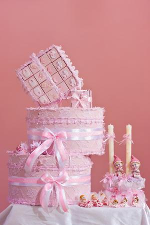 meisje baby doop accessoire set van roze dozen en kaarsen met kruis en schattige poppen op
