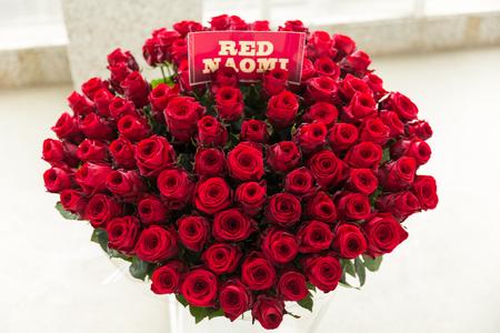 Grote bos rode rozen met naomi naamlabel
