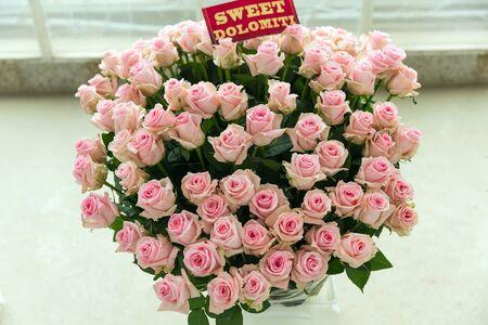 Sweet Dolomiti roze roos boeket met naamlabel