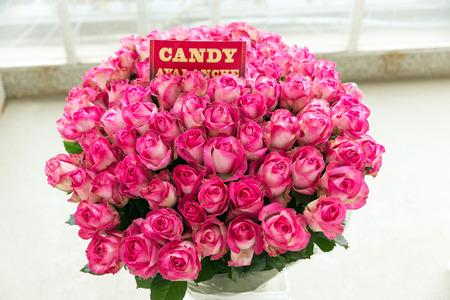 Candy Avalanche roze roos boeket met naamlabel