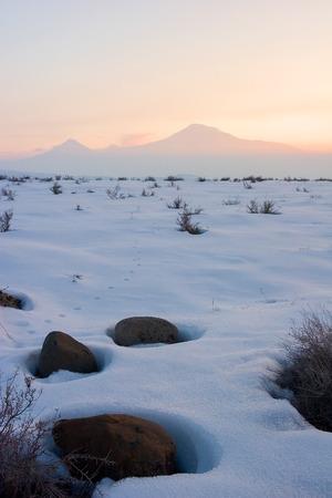 Stenen in sneeuw en voetafdrukken naar de berg Ararat