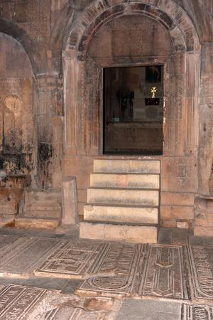 Binnen mening van Noravank kerk trappen en deuren ingang Stockfoto