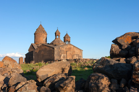 Armeense oude Saghmosavank-kerk achter grote geroeste stenen