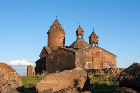 Uitzicht op Saghmosavank kerk met grote stenen aan de voorkant