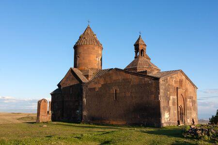 Zicht op Saghmosavank kerk en een oude khachkar opzij Stockfoto