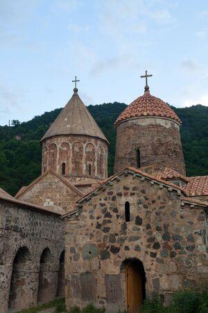 Dadivank kloostercomplex met twee koepels en gewelfde ingangen