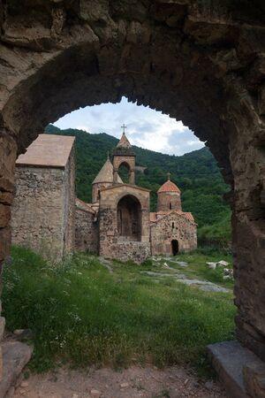 Weergave van Dadivank kloostercomplex door oude boog