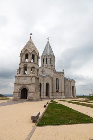 Surb Ghazanchetsots kerk en een belfort met engel standbeelden in de voorkant van het