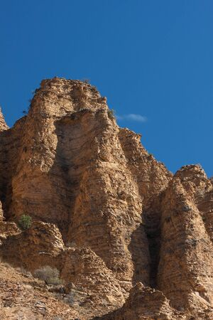 Beige rotsformatie op blauwe hemel in Khosrov nationale reserve park Armenië