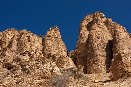 Beige rotsvormingen op blauwe hemel in nationaal de reservepark van Khosrov van Armenië