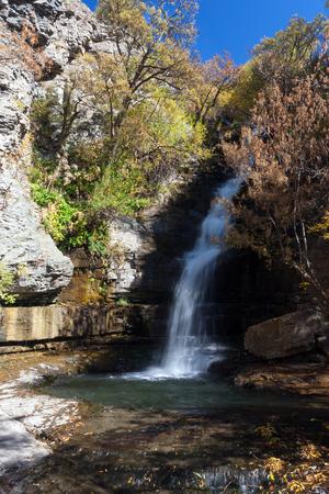 Stromende waterval in het nationale reserve park van Khosrov