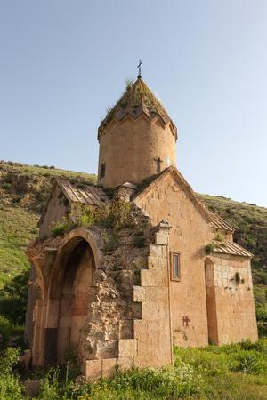 Oude Surb Karapet-kerk met geruïneerde muren in groen Stockfoto