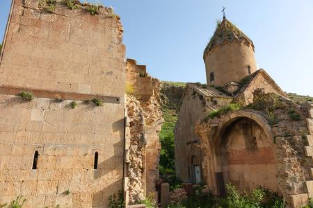 Oude kerk van Surb Karapet en geruïneerd gesneden muren
