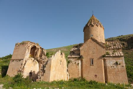 Mening van de oude geruïneerde kerk van Surb Karapet op een groene heuvel Stockfoto