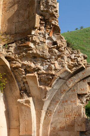Geruïneerde muur van kerk Surb Karapet met genummerde stenen