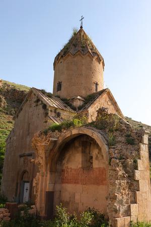 Een deel van geruïneerde gebogen muur van de kerk van Surb Karapet