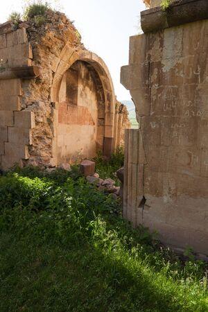 Zonlicht boven de ruïnes van de gewelfde muren van Surb Karapet