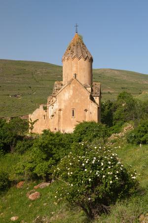 De zomermening van de kerk van Surb Karapet met witte bloemstruik vooraan Stockfoto