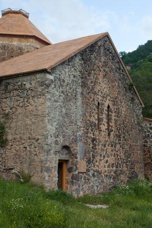 Geopende deur van klooster Dadivank met groen vooraan