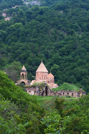 Dadivank klooster in groen bergachtig bos