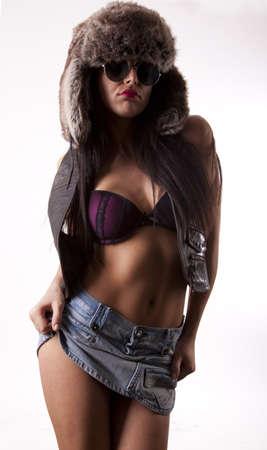 mini jupe: Jeune femme s�duisante sexy dans des lunettes de soleil et casquette mini jupe.