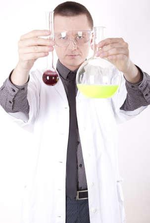 tecnico laboratorio: T�cnico de laboratorio joven que trabaja. Foto de archivo