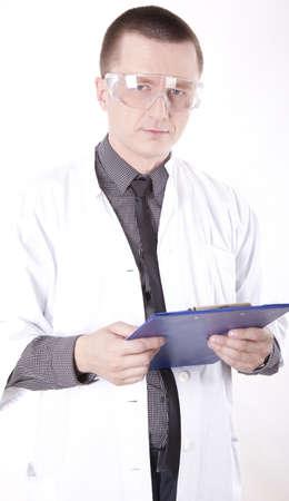 tecnico laboratorio: T�cnico de laboratorio de joven hombre con gafas de protecci�n.