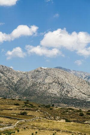 paisaje mediterraneo: paisaje mediterr�neo con monta�as y campos y el cielo azul