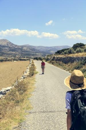 paisaje mediterraneo: dos adolescente caminando en una calle en el paisaje mediterr�neo.