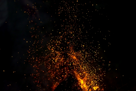 blurred background of a campfire with shower of sparks. Standard-Bild