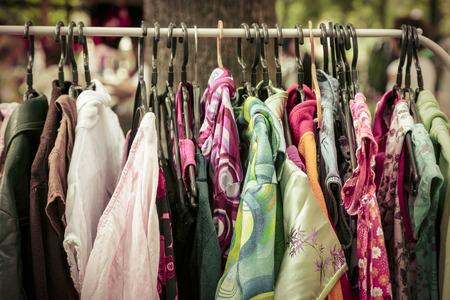 ropa colgada: ropa en un estante en un mercado de pulgas.