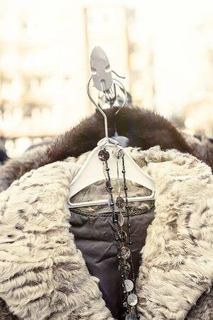 tr�delmarkt: Winterjacke mit Fellkragen auf einem Flohmarkt