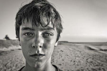 modelos hombres: Retrato del BW de un adolescente en la playa