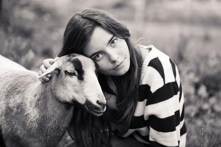 ragazza innamorata: donna � accarezzare una pecora marrone Archivio Fotografico