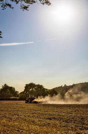 arando: paisaje con tractor arando un campo