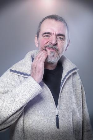 persona mayor: Retrato de un hombre con dolor de muelas