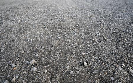 背景の灰色の砂利道