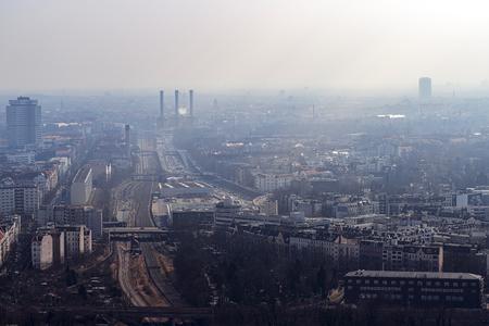 mistige skyline van Berlijn met snelweg Stockfoto