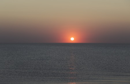 sunset over the horizon of the ocean with cloudless sky 免版税图像