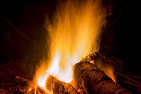 Lagerfeuer in der Nacht für Hintergründe und Kompositionen