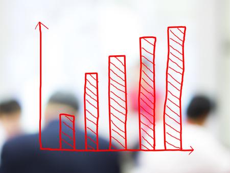 Groei staafdiagram met wazige zakenmensen achtergrond Stockfoto