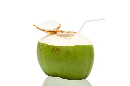 noix de coco: Boisson fra�che eau de coco sur fond blanc
