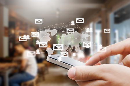 스마트 폰 쇼 소셜 네트워크, 네트워크 및 COMUNICATION 개념 남자 손의 근접 촬영