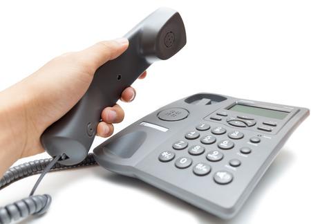 흰 배경에 고립 된 전화 수신기를 들고 남자