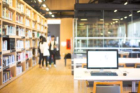 Unscharfen Hintergrund der modernen Bibliothek mit Menschen und Bücherregale Standard-Bild - 37634128