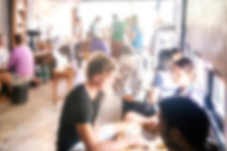 persone relax: sfondo sfocato di persone che parlano in caff� bar