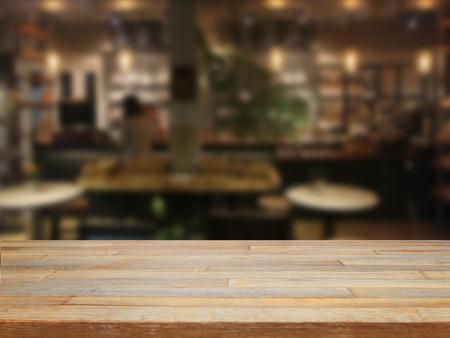 Leere Holztisch und verschwommenes Cafe Hintergrund, Warenpräsentation Standard-Bild - 40383660