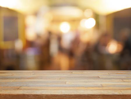 dřevěný: Prázdný dřevěný stůl a kavárna rozmazané pozadí displeje produkt Reklamní fotografie