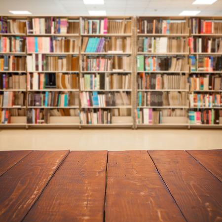biblioteca: Mesa de madera vacía y moderno fondo de biblioteca, exposición de productos Foto de archivo
