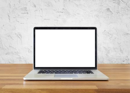 테이블에 노트북, 흰색 시멘트 벽 배경에, 빈 화면
